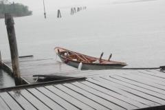 107-ein-Boot-im-Regen